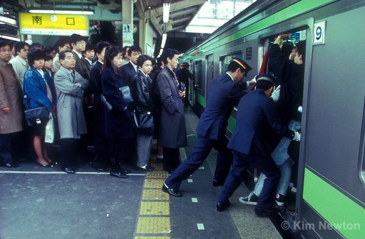subway-pushers-in-tokyo.jpg